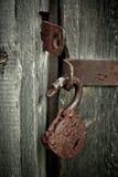 Alter rostiger geöffneter Verschluss ohne Schlüssel Weinleseholztür, Abschluss herauf Konzeptfoto Stockbilder