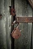 Alter rostiger geöffneter Verschluss ohne Schlüssel Weinleseholztür, Abschluss herauf Konzeptfoto Stockfoto