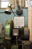 Alter rostiger hölzerner Schleifer benutzt in einer alten Fabrik Lizenzfreie Stockfotografie