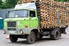 Alter rostiger Lastwagen mit Ladeplatten Stockfotografie