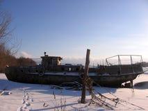 Alter rostiger Rumpf eines versunkenen Schiffs auf dem Ufer verließ stockbilder