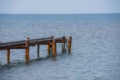 Alter rostiger Seeliegeplatz für Boote mit Rohren lizenzfreies stockbild