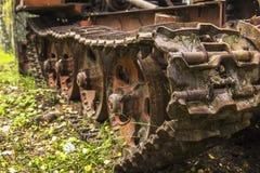 Alter rostiger Traktor des Hintergrundes im Wald verlassen Lizenzfreies Stockbild
