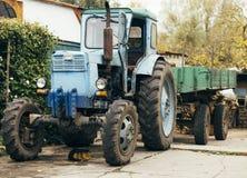 Alter rostiger Traktor Landwirtschaftliche Maschine verfiel Front des Bauernhofes Altes Eisen Traktor, der wartet ausrangiert zu  Lizenzfreie Stockfotografie