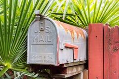 Alter rostiger US-Briefkasten Stockbild
