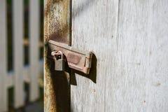 Alter rostiger Verschluss auf dem hölzernen Tor Lizenzfreies Stockbild