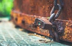 Alter rostiger Verschluss und Kette Stockfotografie