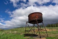 Alter rostiger Wasserbehälter Lizenzfreie Stockfotografie