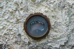 Alter rostiger Weinlesethermometer Stockfotos