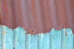 Alter rostiger Zinkzaun mit der Farbe mit zwei Tönen lizenzfreies stockfoto