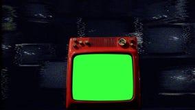 Alter Rot-Fernsehgrün-Schirm mitten in vielen Fernsehen Schlechter Signal-Hintergrund nacht stock video footage