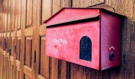 Alter roter Briefkasten auf dem hölzernen Hintergrund Stockfotos