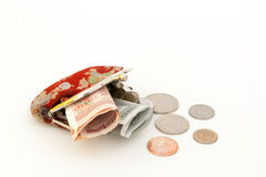 Alter roter Geldbeutel und Münzen Stockfotos