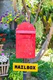 Alter roter hölzerner Briefkasten im Garten Lizenzfreie Stockfotografie
