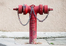 Alter roter metallischer Hydrant auf Straße Stockfotografie