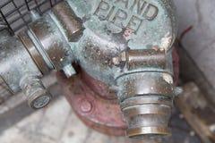 Alter roter metallischer Hydrant auf Straße Stockfoto