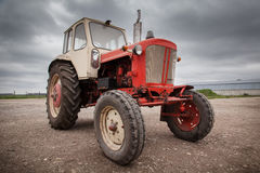 Alter roter russischer Traktor lizenzfreies stockfoto