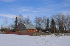 Alter roter Stall auf einem landwirtschaftlichen Gehöft Lizenzfreies Stockfoto