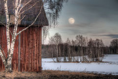 Alter roter Stall in einer Landschaftlandschaft Stockfotografie