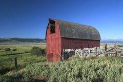 Alter roter Stall in Montana Lizenzfreies Stockfoto
