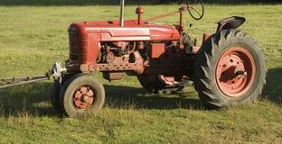 Alter roter Traktor Stockfotografie