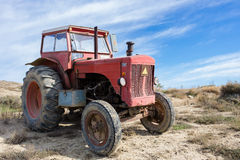 Alter roter Traktor Lizenzfreies Stockfoto