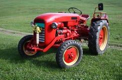 Alter roter Traktor Stockfoto