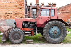 Alter roter Traktor auf dem Bauernhof stockfotos