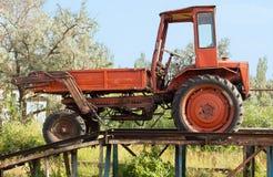 Alter roter Traktor in der Landschaft Stockfoto