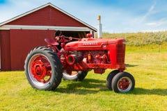 Alter roter Traktor der Ranch der Stange u Stockfotografie