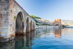 Alter roter Turm im Hafen von Alanya, die Türkei stockfoto