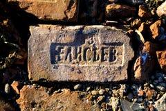 Alter roter Ziegelstein mit Stempel des Herstellers Stockfotos