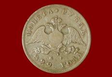 Alter Rubel 1829 der Silbermünze 1 auf einem roten Hintergrund Stockfotos