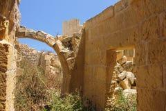 Alter ruinierter Bogen auf alter Straße von Victoria auf Gozo, Malta lizenzfreie stockbilder