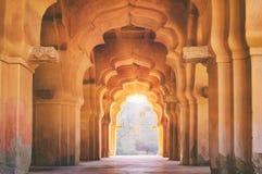 Alter ruinierter Bogen von Lotus Mahal in Hampi, Indien lizenzfreies stockbild