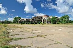 Alter ruinierter Flugplatz auf dem baltischen Spucken Kaliningrad-oblast, Russ Stockbilder