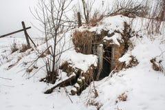 Alter ruinierter Schutz bedeckte einen Schnee Lizenzfreies Stockfoto