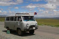 Alter russischer LKW auf der Straße Stockbild