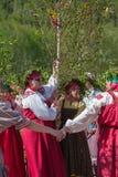 Alter russischer Ritus: Prozession mit einer Birke für sein weiteres Sinken stockfotos