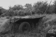 Alter russischer Wagen vor dem hintergrund des grünen Grases wagen dray stockfotografie