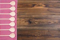 Alter rustikaler hölzerner Hintergrund mit rotem weißem kariertem Stoff lizenzfreie stockbilder