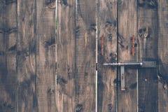 Alter rustikaler und Beschaffenheits-Türabschluß des Schmutzes hölzerner oben mit Bolzen Lizenzfreies Stockfoto