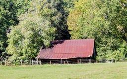 Alter Rusty Barn auf dem Gebiet Lizenzfreies Stockbild