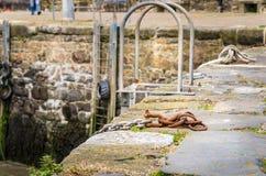 Alter Rusty Chain auf einem Qauy Stockfotografie