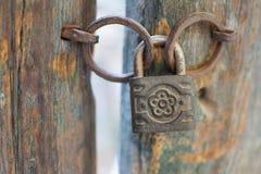 Alter Rusty Decorated Padlock auf einer Holztür Weinlese korrodiertes Vorhängeschloß auf einem alten Tor Lizenzfreies Stockbild
