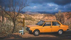 Alter Rusty Grunge Orange Car Parking lizenzfreie stockfotografie