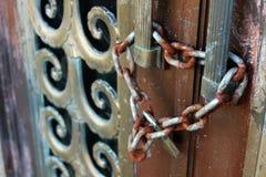 Alter Rusty Lock und Kette auf verwitterter Patina-Kupfer-Tür des Kirchhof-Friedhofs-Mausoleums-Denkmals lizenzfreie stockfotografie