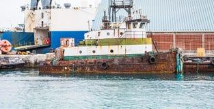 Alter Rusty Tugboat am Dock Stockbilder