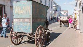Alter Süßigkeitenpferdeanhänger auf Anzeige in der Stadt Lizenzfreies Stockfoto