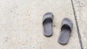 Alter Sandaleschuh auf der Straße Stockfoto